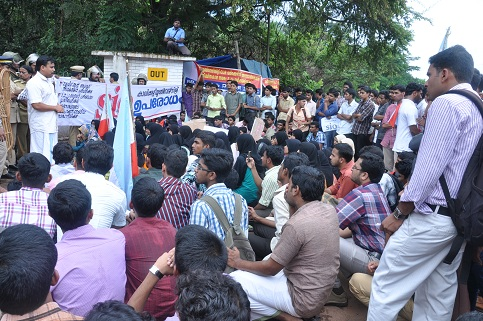 SIO Workers Besieges University Of Calicut