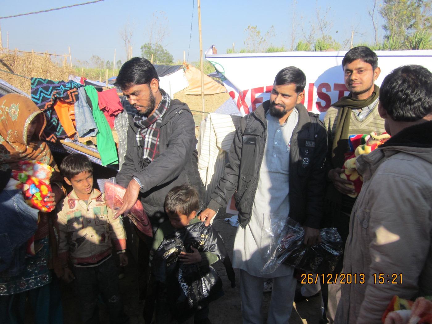 SIO delegation visits Muzaffarnagar camps, provides relief