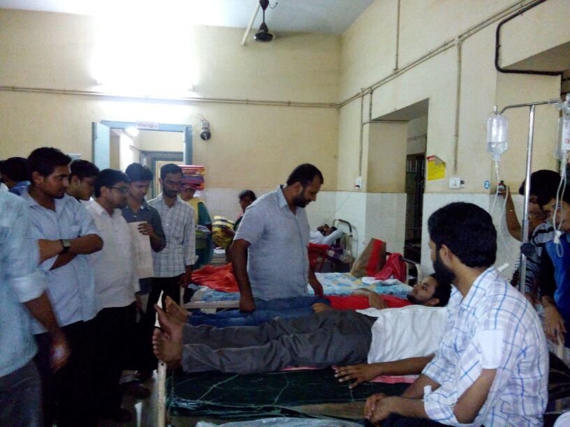 sio_general_secretary_visiting_ingured_workers_at_thalessery_general_hospital